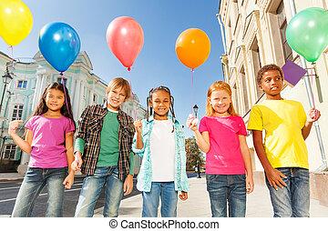 multinational, enfants, à, ballons, debout