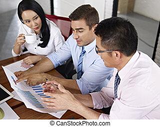 multinational, professionnels, réunion, dans, bureau