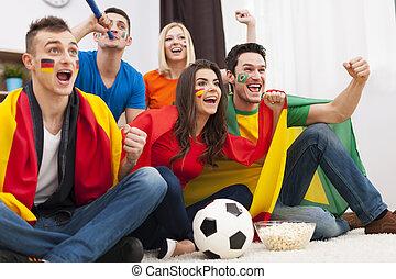 multinationale, gruppe, folk, fodbold, cheering, hjem, match