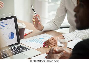 multiracial, équipe, travailler ensemble, sur, statistiques, données, analyse, b