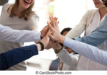 multiracial, abandon, haut cinq, équipe, briefing, fin, excité