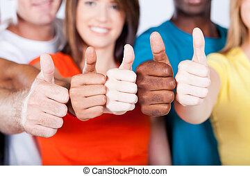 multiracial, amigos, grupo, arriba, pulgares