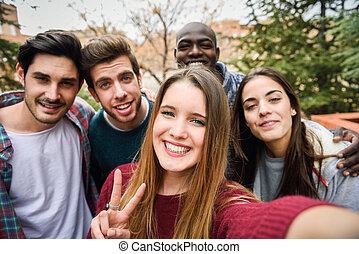 multiracial, amigos, toma, grupo, selfie