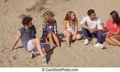 multiracial, amis, plage, jeune, heureux
