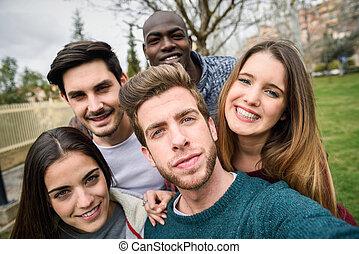 multiracial, amis, prendre, groupe, selfie