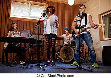 multiracial, bande musique, exécuter, dans, a, studio...