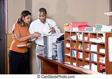 multiracial, biurowi pracownicy, pracujący dalejże, dokumenty