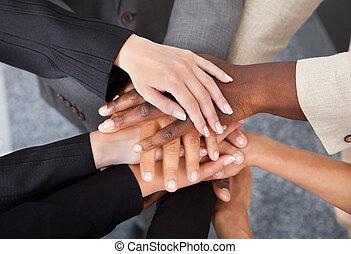 multiracial, empilhando, businesspeople, mãos