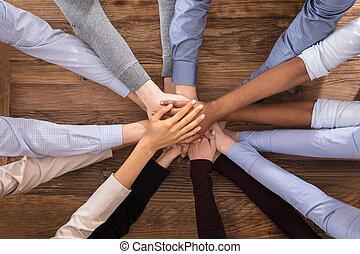 multiracial, empilhando,  businesspeople, seu, mãos