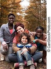 multiracial, família, em, a, outono