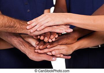 multiracial, junto, mãos