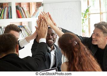 multiracial, motivé, business, donner, haut cinq, équipe, excité