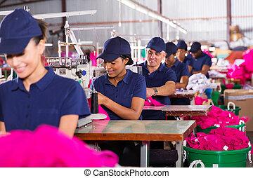 multiracial, trabalhadores, cosendo, fábrica
