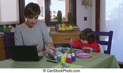 multitâche, bébé, femme, maman, enfant