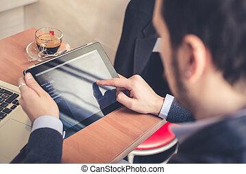 multitasking, mann, gebrauchend, tablette, laptop, und,...