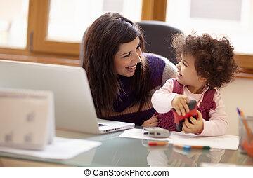 multitasking, moeder, met, haar, dochter