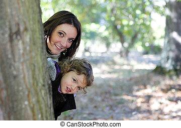 mum, árvore, atrás de, filha, escondendo