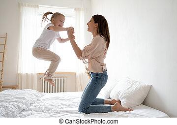 mum, ativo, alegre, jogo, salto, cama, menina, criança