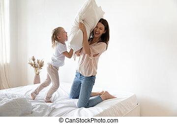 mum, luta, travesseiro, feliz, jogo, filha, cama, criança