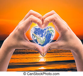 mundo, en, forma corazón, con, encima, mujeres, manos humanas, en, confuso, natural, background:, mundo, salud corazón, día, de, esto, imagen, amueblado, por, nasa