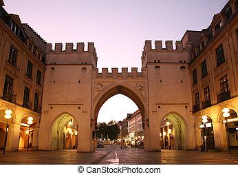 munich., aartsen, stad, europeaan, evening., torens, straat