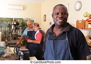 munkás, idősebb ember, műhely, fém, afrikai