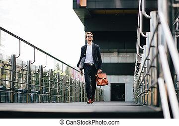 munka, övé, aktatáska, főnök, kéz, illeszt, napszemüveg, őt jár