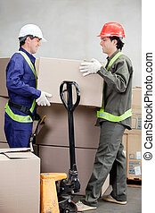 munkafelügyelők, emelés, kartonpapír ökölvívás, -ban, raktárépület