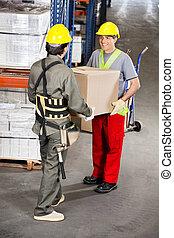 munkafelügyelők, szállítás, kartonpapír ökölvívás, -ban, raktárépület