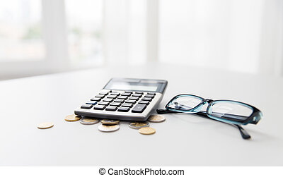 muntjes, brillen, tafel, kantoor, rekenmachine