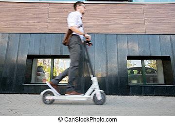mur, bâtiment, scooter, jeune, avants, homme affaires, flou, en mouvement, long