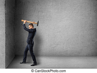 mur, béton, homme affaires, briser, marteau, vue côté