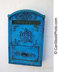 mur bleu, blanc, boîte lettres