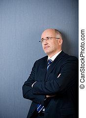 mur bleu, loin, bras, contre, regarder, traversé, homme affaires