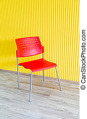mur, chaise jaune, rouges