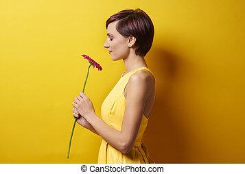 mur, contre, femme, jeune, jaune
