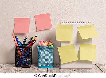 mur, desk., ouvert, fonctionnement, pots, spirale 2, tampon, 6, blanc, vide, crayon, entiers, cahier, crosse, mettre, deux, coloré, notes, travail, projet, propre, lieu travail