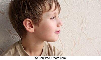 mur, garçon, peu, fond, sourire