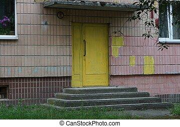 mur, jaune, béton, vieux, porte brune, seuil, fermé, gris, bois