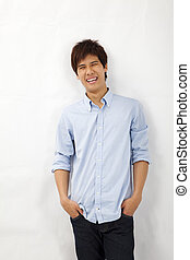 mur, jeune, contre, asiatique, penchant, homme souriant, blanc, heureux