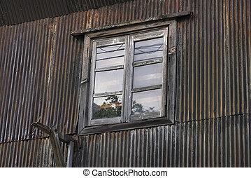 mur ondulé, rouillé, vieux, fenêtre