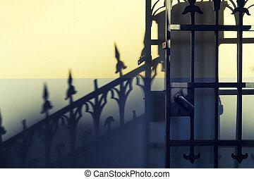 mur, portes, ombre, vieux, travaillé-fer