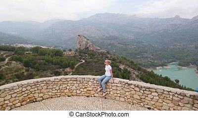 mur, séance, lac, femme, montagnes, regarder, beau, vieux, vue, château, bleu