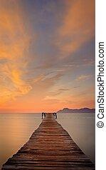 muro, isolato, cielo, nubi, spiaggia, legno, riflessione, de, dorato, /, alba, alcudia, molo, playa, luce sole, spain., mallorca, banchina, montagne, bello