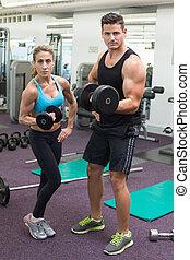 muscolare, dall'aspetto, macchina fotografica, sollevamento, uomo, dumbbells, donna