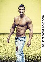 muscolare, parete, shirtless, contro, giallo, uomo