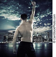 muscular, atleta, encima, la ciudad, plano de fondo