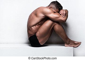 muscular, cara del hombre, sentado, escondido, cruzó brazos