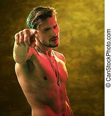 muscular, desnudo, hombre señalar con el dedo, algo