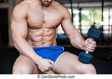 muscular, hombre, entrenamiento, con, dumbbell